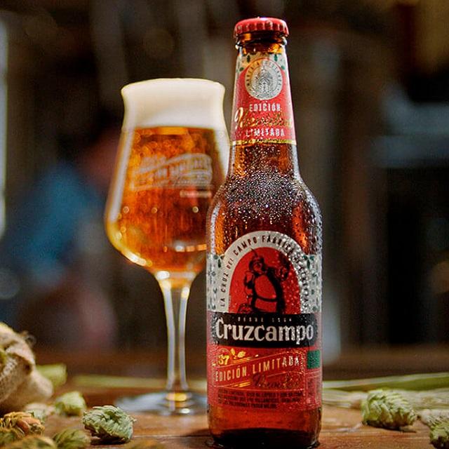 Cerveza CruzCampo Edición Limitada Navidad - botella y copa
